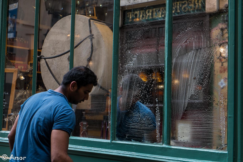Un laveur de vitrines