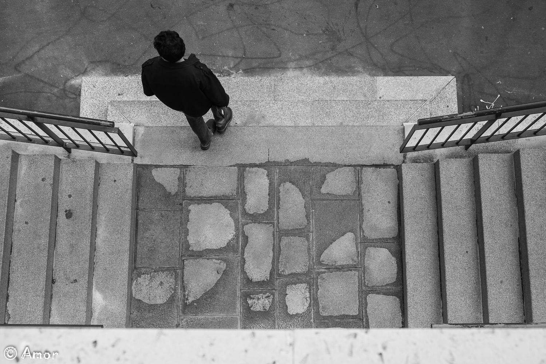 Au pied de l'escalier à gauche