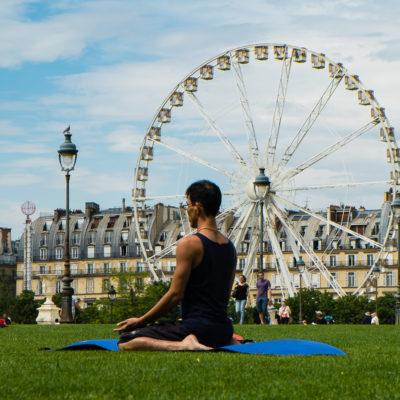 Yoga salut à la grande roue