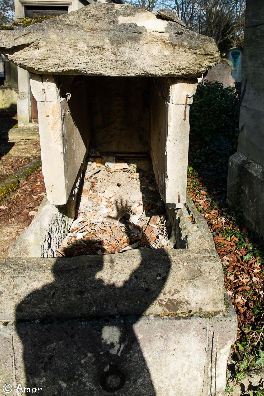 La main dans la tombe